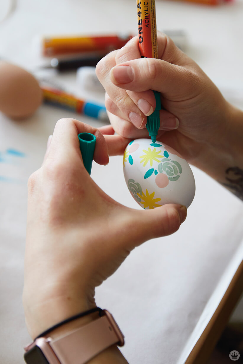 Decorating an Easter egg with a paint marker