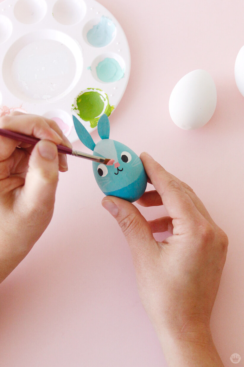 Painting an Easter egg | thinkmakeshareblog.com