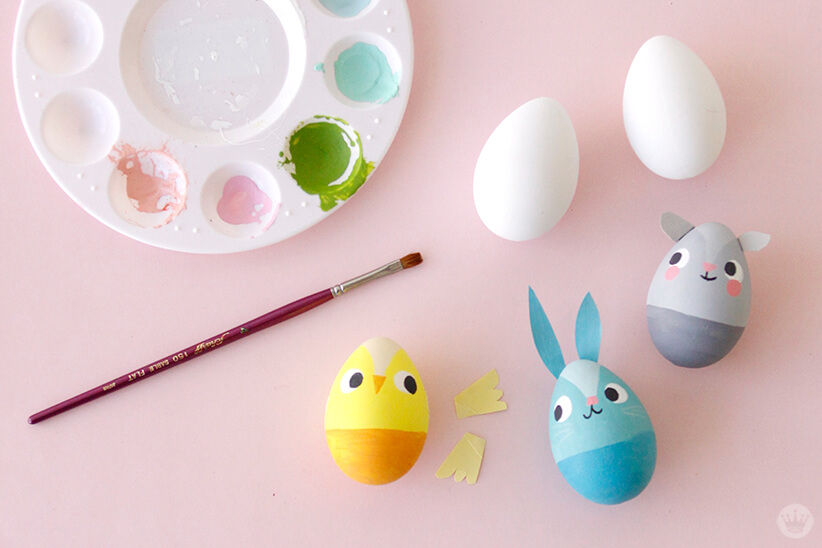 Decorating Easter eggs | thinkmakeshareblog.com