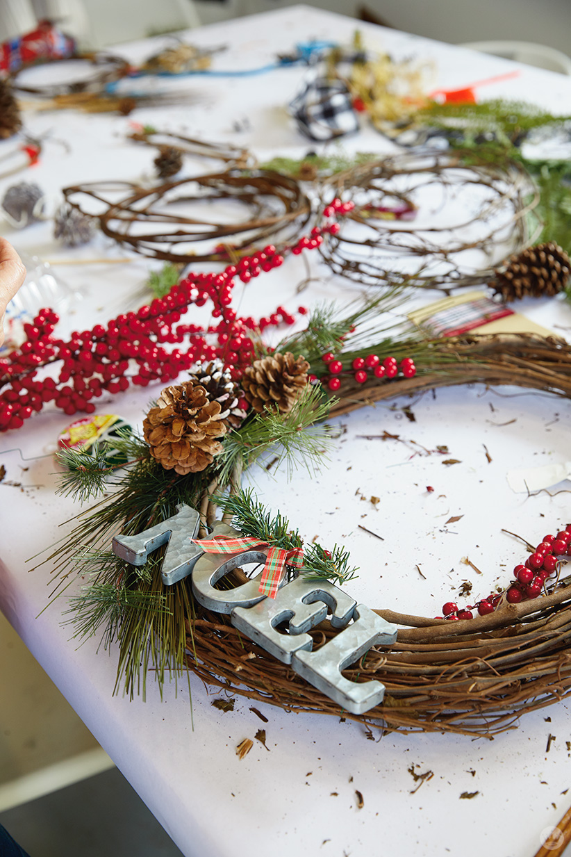 """Modern Christmas wreath ideas: Grapevine wreath with """"NOEL"""" letters"""