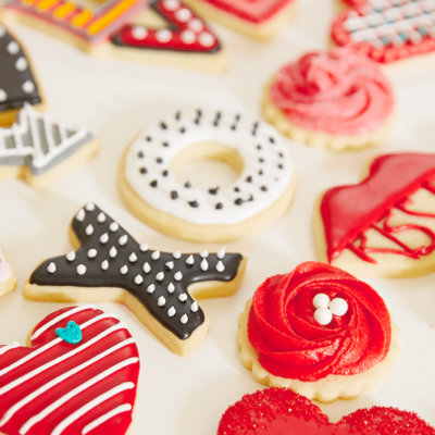 Valentine's Day Cookie Decorating | thinkmakeshareblog.com